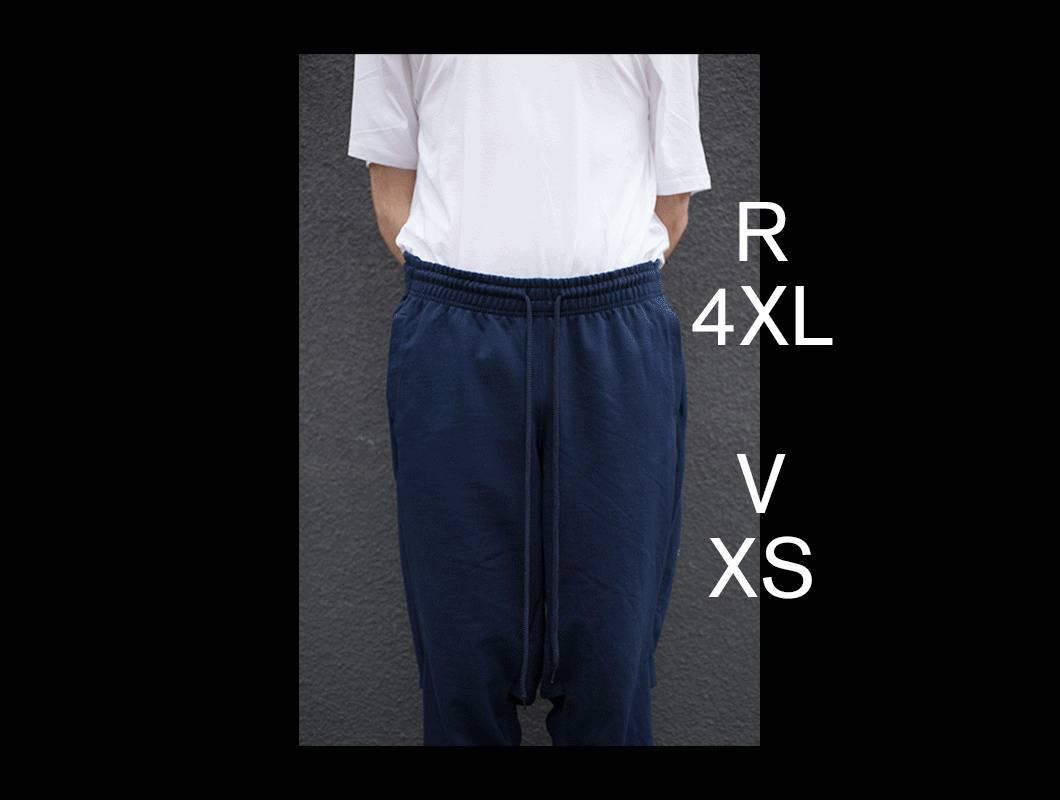 Diese Arbeit besteht aus zwei T-Shirts und zwei Hosen (jeweils in in den Konfektionsgrößen 4XL und XS) von denen jeweils Vorder- und Rückseite vertauscht und neu miteinander vernäht wurden. (R=Rückeite, V=Vorderseite)